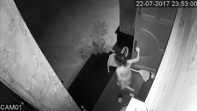 Clip: Hoảng hồn khi phát hiện kẻ trộm dưới gầm giường - Ảnh 3.