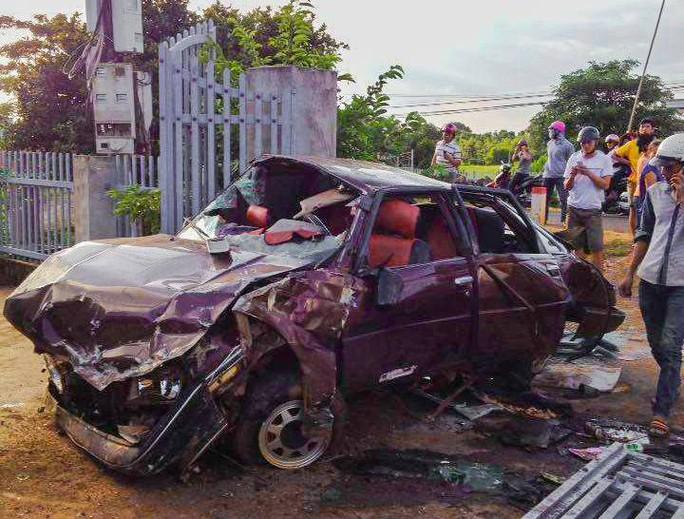 Phá cửa cứu 6 người nguy kịch trong xe bẹp dúm - Ảnh 2.