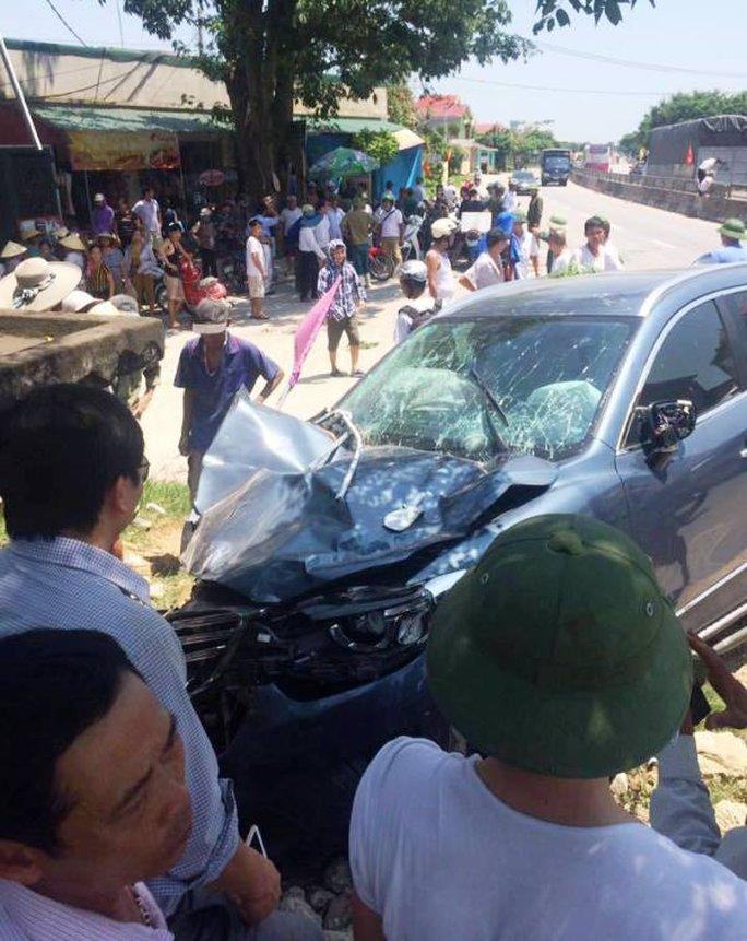 Đứng bên đường, 3 người bị xế hộp tông thương vong - Ảnh 1.