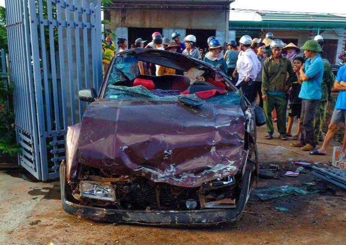 Phá cửa cứu 6 người nguy kịch trong xe bẹp dúm - Ảnh 1.