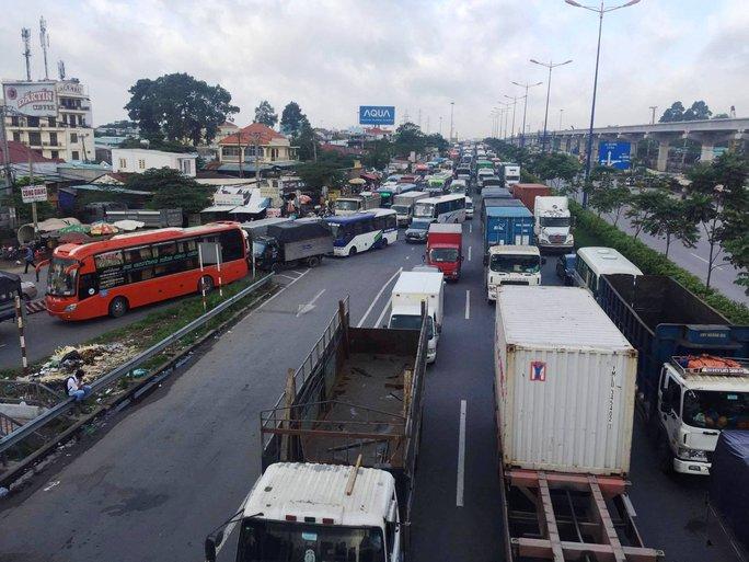 Một xe gây tai nạn đủ khiến xa lộ Hà Nội kẹt cứng - Ảnh 2.