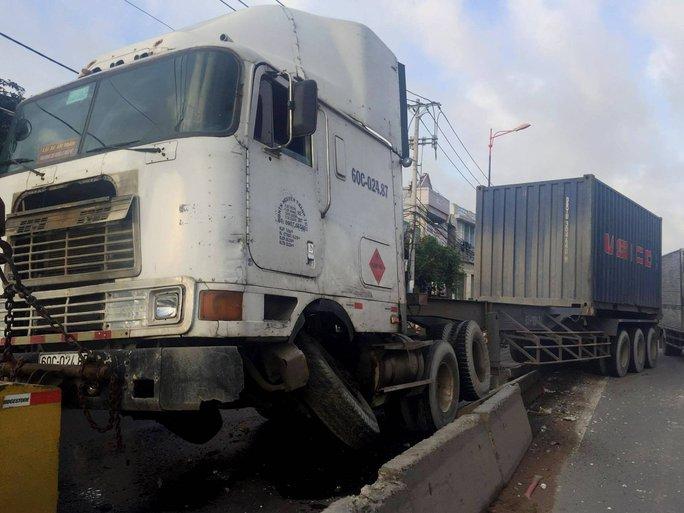 Một xe gây tai nạn đủ khiến xa lộ Hà Nội kẹt cứng - Ảnh 1.