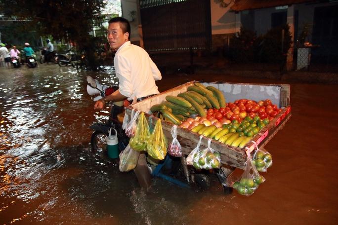 Sài Gòn hụp lặn trong nước ngập đêm đầu tuần - Ảnh 8.