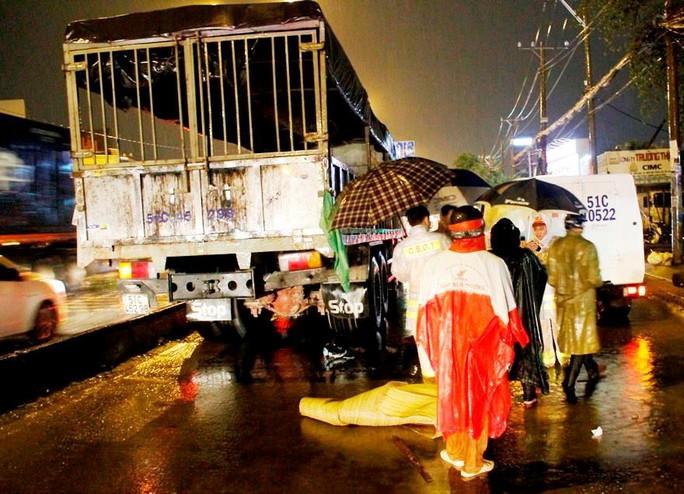 Người phụ nữ chết thương tâm dưới bánh xe tải trong cơn mưa - Ảnh 2.