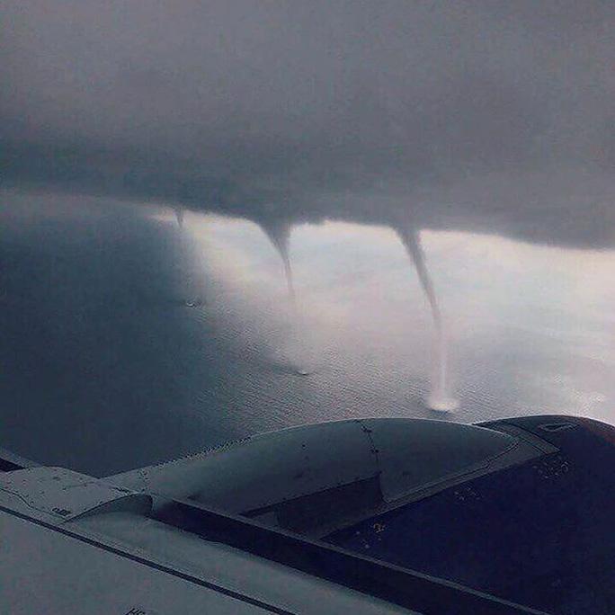 Thót tim cảnh máy bay hạ cánh giữa 3 cơn lốc xoáy - Ảnh 3.
