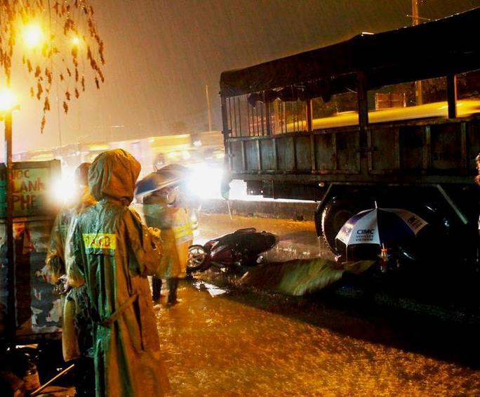 Người phụ nữ chết thương tâm dưới bánh xe tải trong cơn mưa - Ảnh 1.