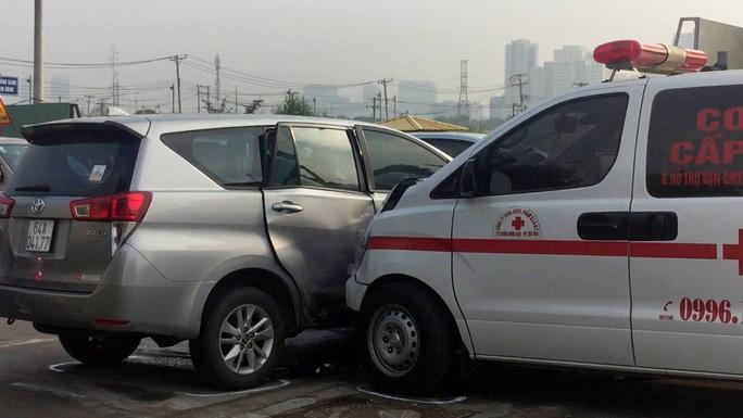 Xe cứu thương tông ngang hông ô tô 7 chỗ ở Sài Gòn - Ảnh 1.