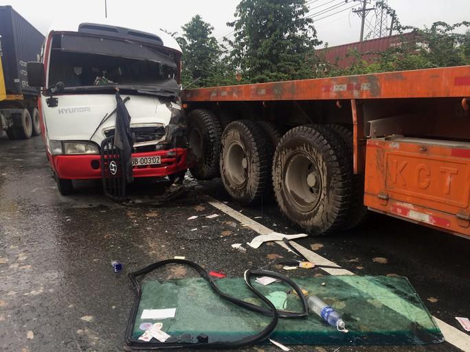 Tai nạn nghiêm trọng trên Quốc lộ 1 đoạn qua TP HCM - Ảnh 1.