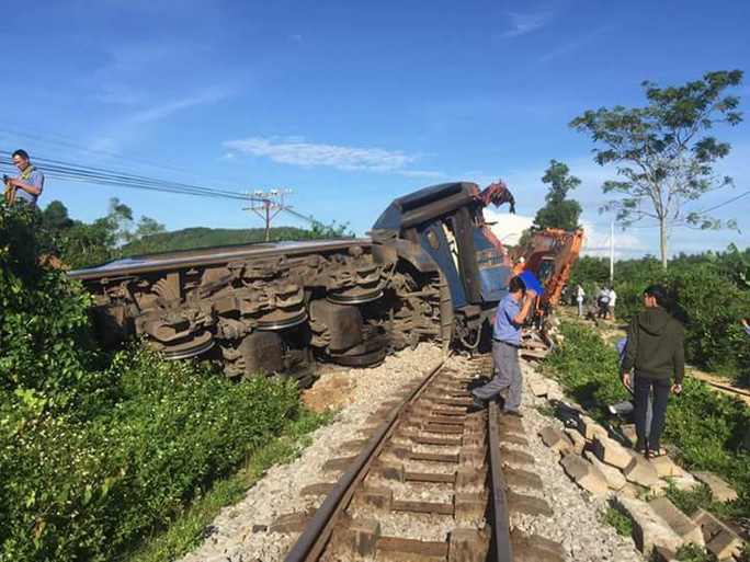 Tàu hỏa bị máy xúc húc trật bánh, hàng trăm hành khách thoát chết - Ảnh 3.