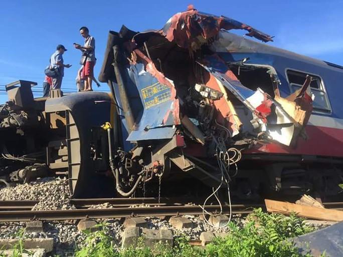 Tàu hỏa bị máy xúc húc trật bánh, hàng trăm hành khách thoát chết - Ảnh 1.
