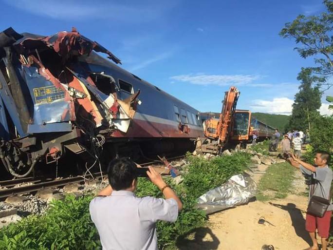 Tàu hỏa bị máy xúc húc trật bánh, hàng trăm hành khách thoát chết - Ảnh 2.