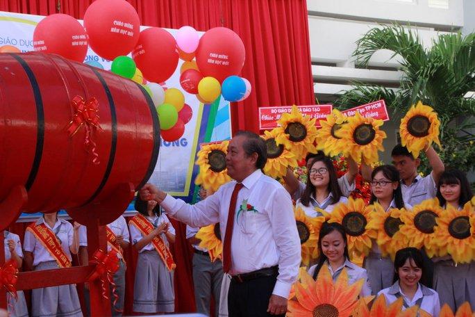 Ông Trương Hòa Bình đánh trống và đội nón cho học sinh - Ảnh 1.