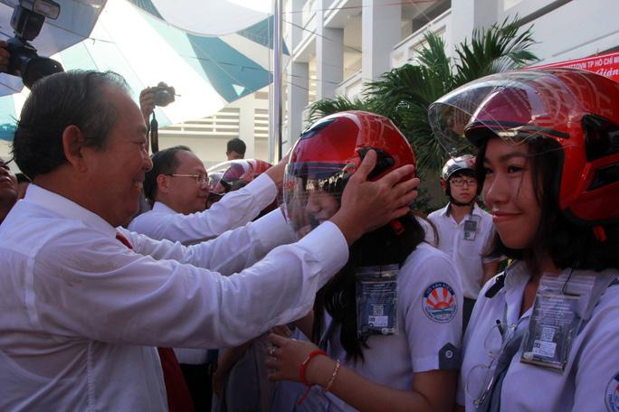 Ông Trương Hòa Bình đánh trống và đội nón cho học sinh - Ảnh 3.