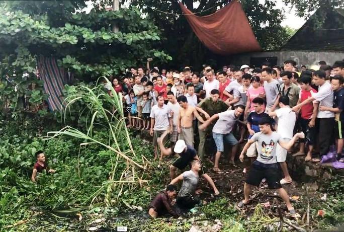 Clip hàng trăm người dân vây bắt 2 thanh niên nghi trộm chó - Ảnh 2.