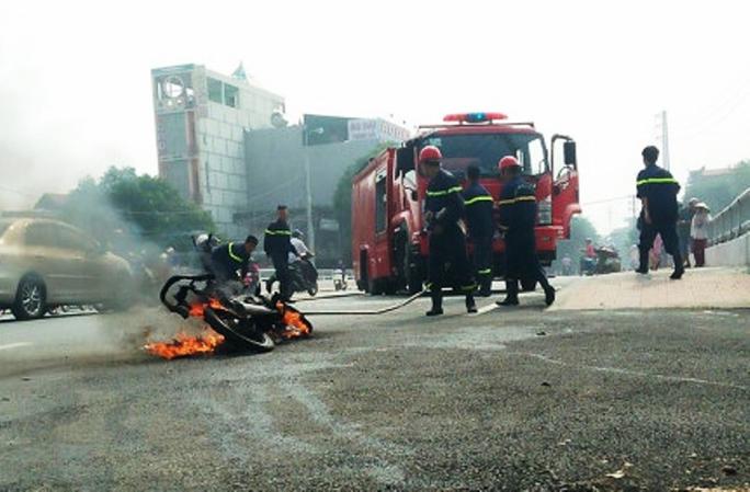 Người phụ nữ và cháu nhỏ tháo chạy khỏi xe máy cháy ngùn ngụt giữa phố - Ảnh 2.