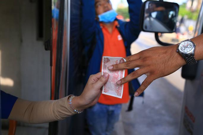 Tài xế đồng loạt dùng tiền lẻ, BOT Biên Hòa phải xả trạm - Ảnh 12.