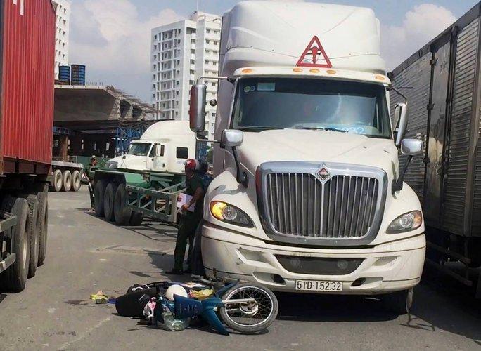 Xe container tông và kéo lê vợ chồng lớn tuổi - Ảnh 1.