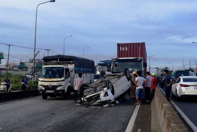 Va container, ô tô 4 chỗ nát đầu và lật ngửa trên Quốc lộ 1 - Ảnh 2.