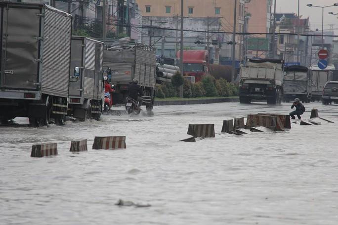 Mưa lớn, nhiều nơi ở Đồng Nai và Bà Rịa - Vũng Tàu ngập nặng - Ảnh 8.