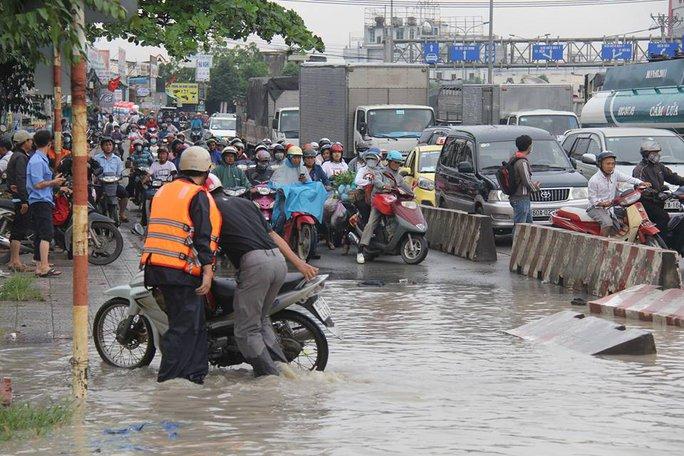 Mưa lớn, nhiều nơi ở Đồng Nai và Bà Rịa - Vũng Tàu ngập nặng - Ảnh 10.