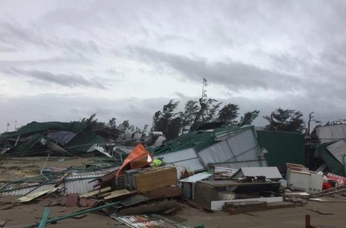 4 người chết; hàng chục ngàn ngôi nhà tan hoang sau bão số 10 - Ảnh 1.