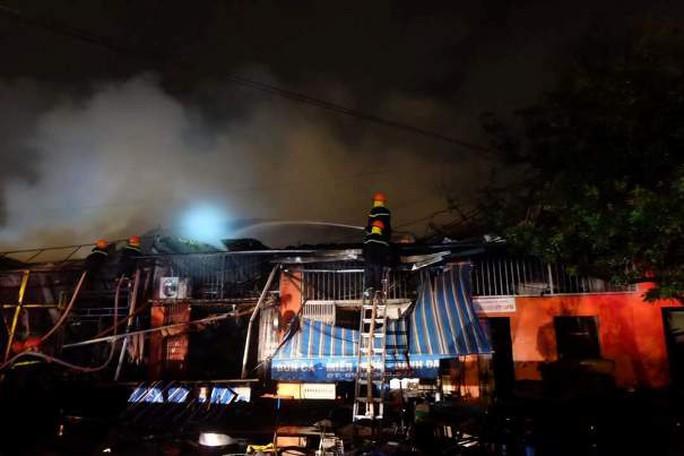 Siêu thị cháy dữ dội trong đêm mưa lớn do bão số 10 - Ảnh 3.