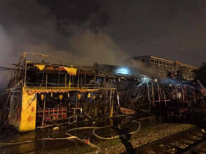 Siêu thị cháy dữ dội trong đêm mưa lớn do bão số 10 - Ảnh 4.