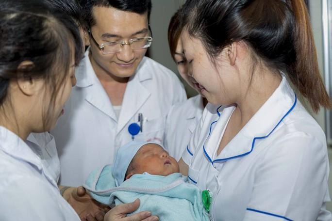 Viện trưởng đặt tên, kêu gọi mẹ đến nhận bé trai bị bỏ rơi - Ảnh 2.