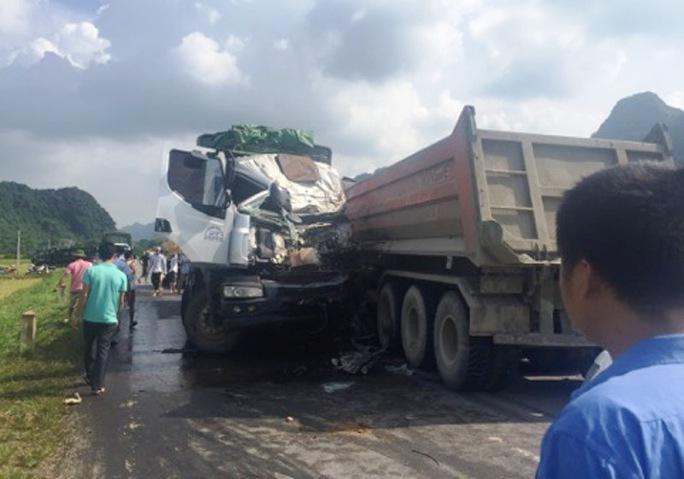 Xe tải đấu đầu xe đầu kéo, tài xế nguy kịch kẹt trong ca-bin - Ảnh 1.