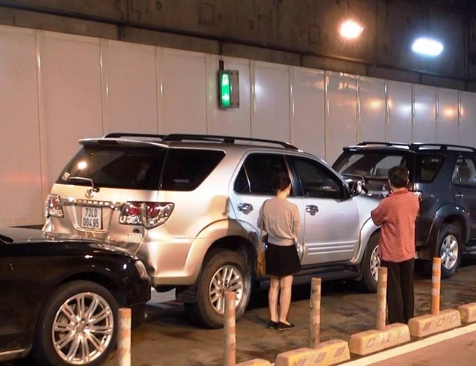 Tai nạn liên hoàn trong hầm vượt sông Sài Gòn, Audi dính chặt - Ảnh 2.