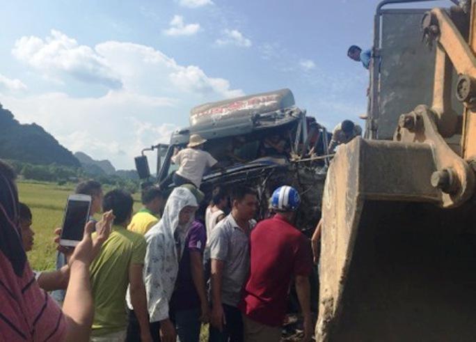 Xe tải đấu đầu xe đầu kéo, tài xế nguy kịch kẹt trong ca-bin - Ảnh 2.