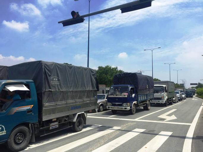 Tai nạn liên hoàn trong hầm vượt sông Sài Gòn, Audi dính chặt - Ảnh 3.