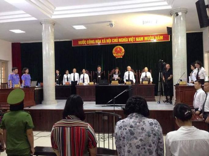 Cựu đại biểu QH Châu Thị Thu Nga che mặt vào tòa - Ảnh 3.