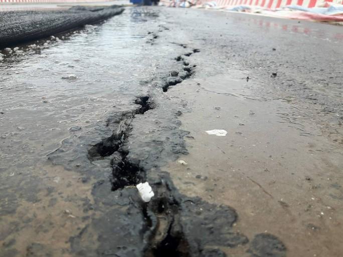 Cầu vượt 1.310 tỉ đồng chưa khánh thành đã nứt do... thời tiết - Ảnh 2.