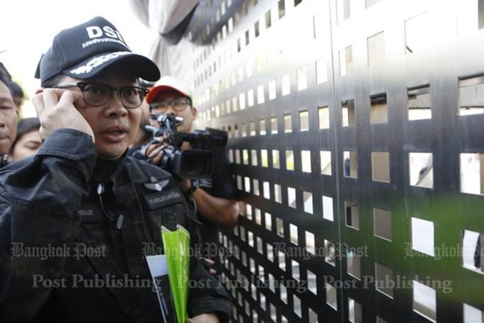 Nhần viên DSI bên ngoài chùa trước khi bắt đầu quá trình đàm phán. Ảnh: Bangkok Post