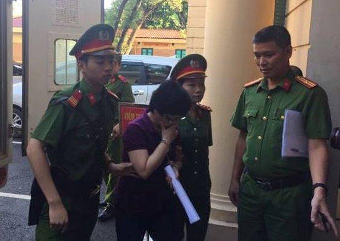 Cựu đại biểu QH Châu Thị Thu Nga che mặt vào tòa - Ảnh 2.