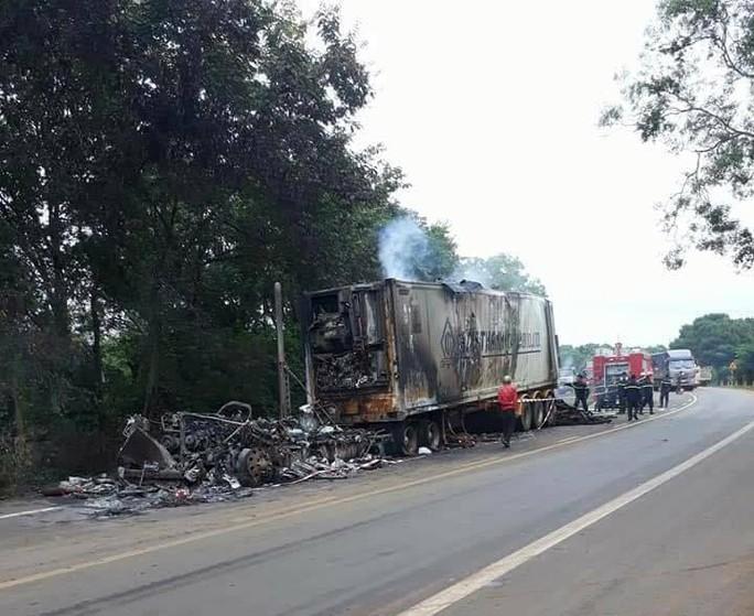Xe chở gỗ cháy ra tro trong đêm - Ảnh 2.