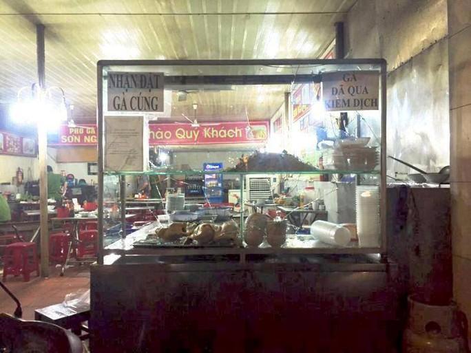 Tủ trưng bày thức ăn bị nhóm côn đồ đập vỡ kính
