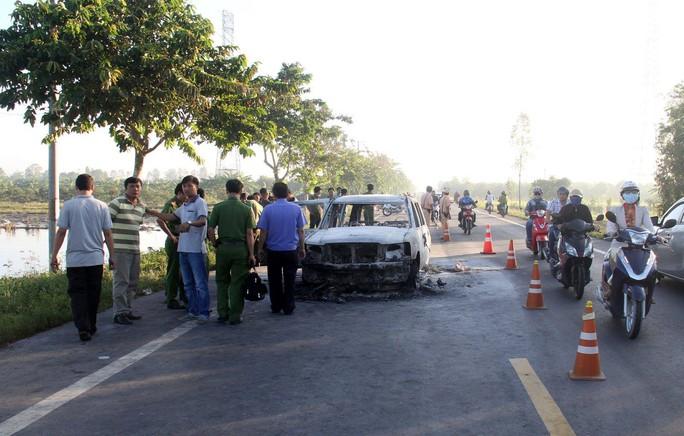 Nghi án phóng hỏa đốt ô tô để thanh toán nhau, 2 người nguy kịch - Ảnh 2.