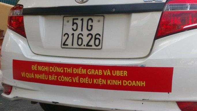 TP HCM: Taxi Vinasun dán bảng phản đối Uber, Grab - Ảnh 2.
