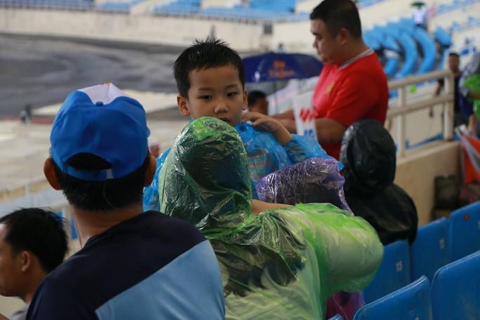 Khán giả bế con, đội mưa cổ vũ tuyển Việt Nam đấu Campuchia - Ảnh 1.