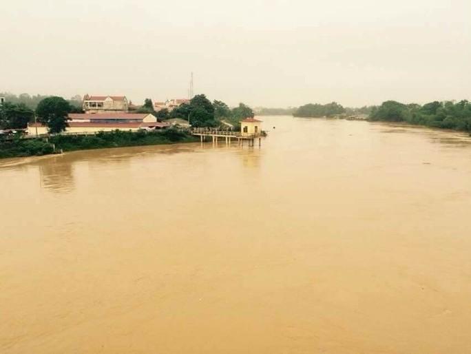 Cận cảnh Bắc Trung Bộ chìm trong mưa lũ - Ảnh 10.
