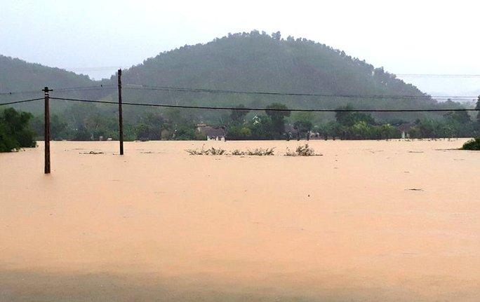 Cận cảnh Bắc Trung Bộ chìm trong mưa lũ - Ảnh 4.