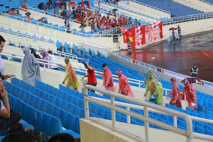 Khán giả bế con, đội mưa cổ vũ tuyển Việt Nam đấu Campuchia - Ảnh 7.