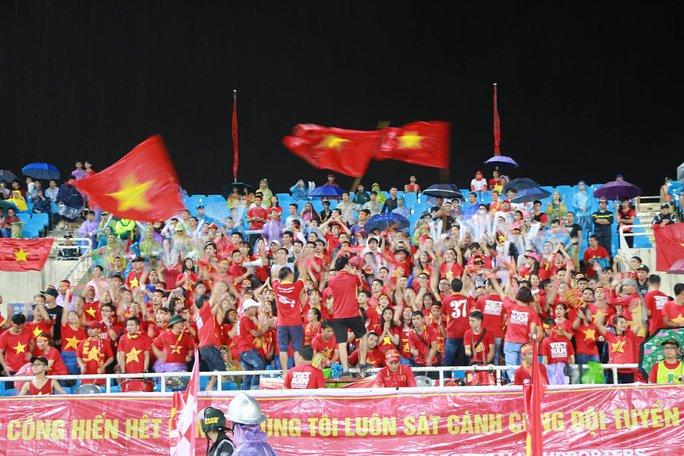 Khán giả bế con, đội mưa cổ vũ tuyển Việt Nam đấu Campuchia - Ảnh 11.