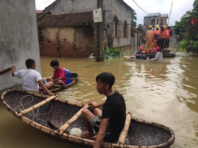 Cận cảnh nước ngập nhà dân ở nơi vỡ đê có kế hoạch - Ảnh 3.