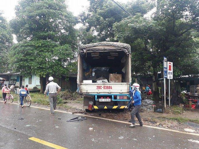 Xe Limoussine 16 chỗ tông xe tải, nữ hành khách kẹt trong đầu xe - Ảnh 4.