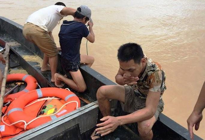 Bộ đội cứu 2 bố con đang đu dây điện giữa dòng nước lũ - Ảnh 2.