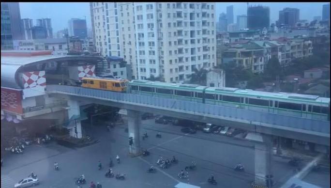 Trầm trồ khi thấy đoàn tàu trên cao Cát Linh-Hà Đông vận hành - Ảnh 3.