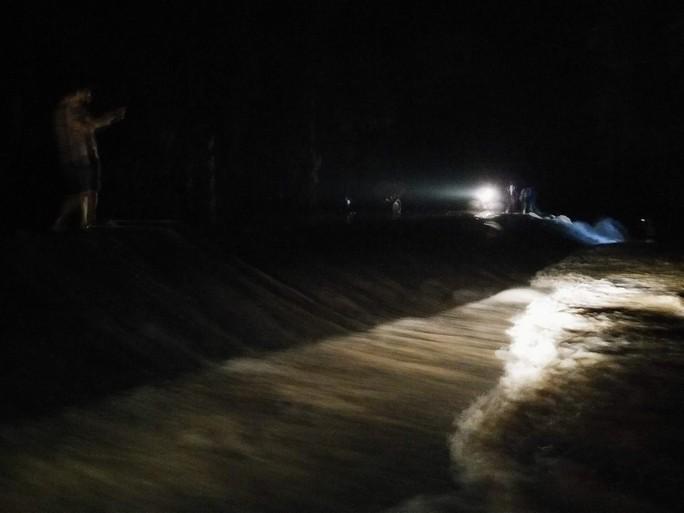 Nước lũ tràn đê sông Bưởi, khẩn cấp sơ tán dân - Ảnh 3.